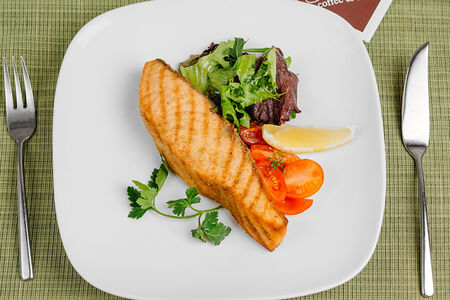 Красная рыба со свежими томатами по-каталонски