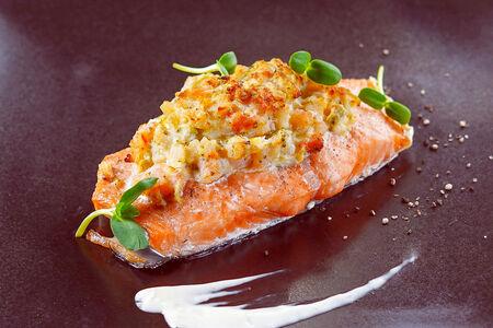 Стейк из лосося, фаршированный креветками и кальмаром