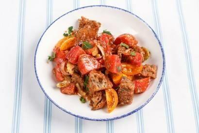 Салат с гренками и цветными помидорами