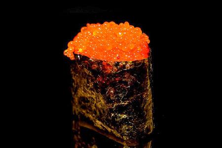 Спайс суши с икрой лосося