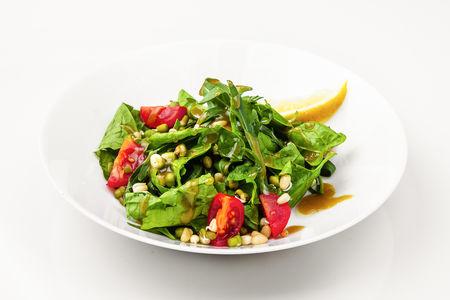 Зеленый салат со шпинатом и руколой