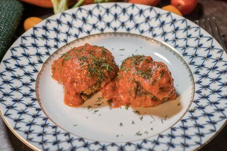 Котлеты говяжьи с томатным соусом из свежих помидоров