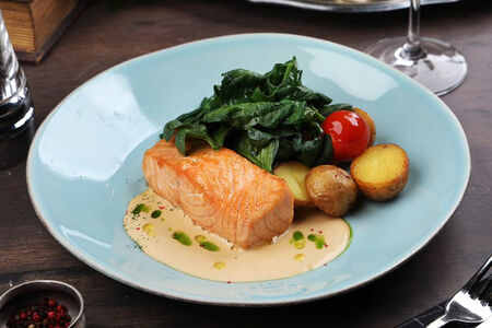Стейк из лосося со сливочным соусом, шпинатом и молодым картофелем