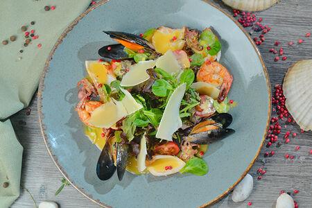 Салат из морепродуктов со сливочным карри