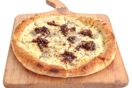Пицца сырная с луковым джемом