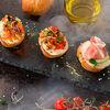 Фото к позиции меню Брускетты с лососем и сырным дипом