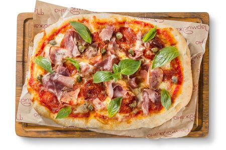 Пицца с ветчиной, пеперони и беконом