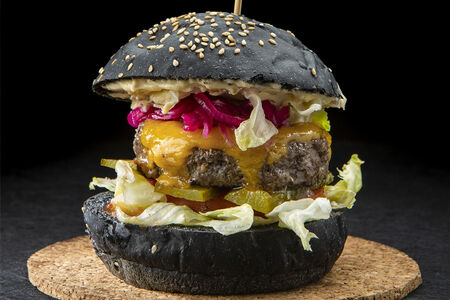 Черный бургер с картофелем фри