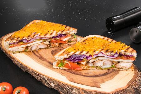 Сэндвич на гриле с куриной грудкой