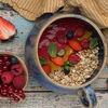 Фото к позиции меню Гранола с ярким малиново-клубничным смузи