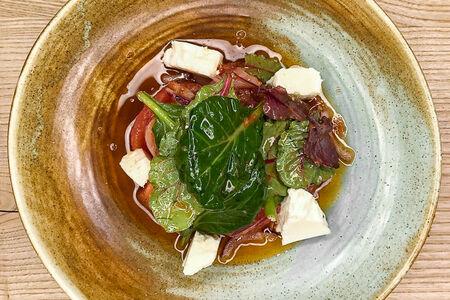 Салат с розовыми помидорами и сыром