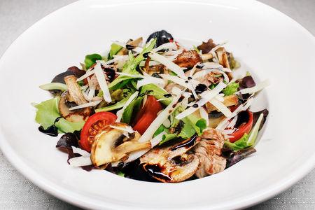 Мясной салат с говядиной и грибами