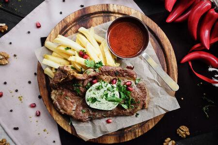 Стейк из свиной шеи с картофелем и фирменным соусом