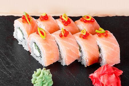 Ролл Филадельфия с копченым лососем и красной икрой
