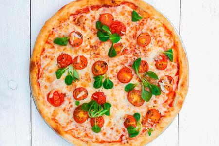 Пицца Маргарита с моцареллой и томатами
