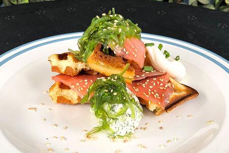 Бельгийские вафли со слабосоленым лососем и яйцом пашот
