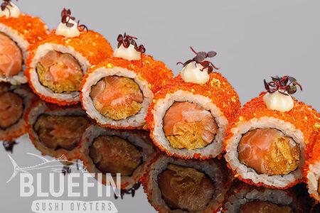 Хрустящий ролл из лосося с жареным луком, тобико и кунжутом юзу