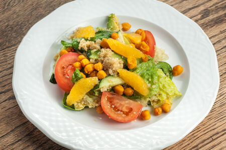 Кейл-салат с авокадо и киноа