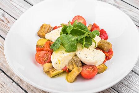 Салат с моцареллой и печеными овощами