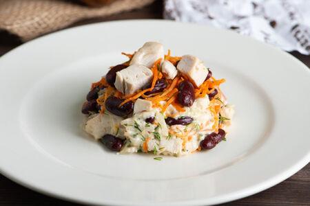 Салат из курицы с красной фасолью
