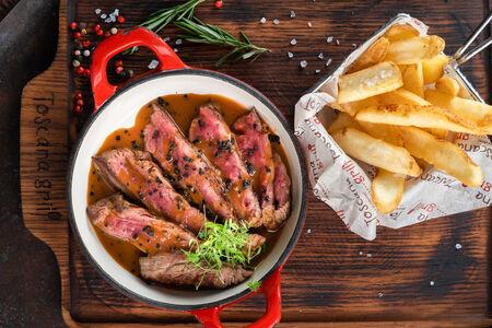 Стейк Бавет с перечным соусом и картофелем фри
