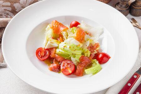 Салат с лососем холодного копчения и козьим сыром