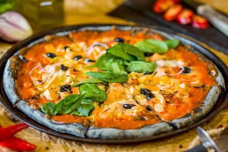 Пицца Фирменная на чёрном тесте с сёмгой