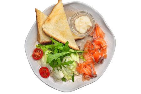 Салат Лосось гравлакс с тостами и соусом