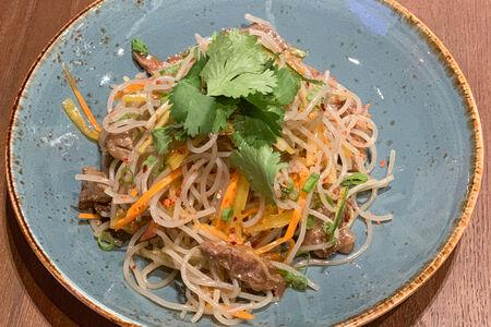 Салат с картофельной лапшой, говядиной и маринованным редисом