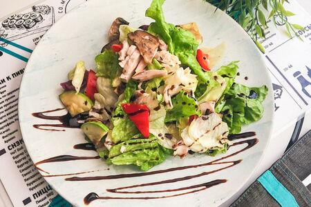Салат с печеными овощами и курицей