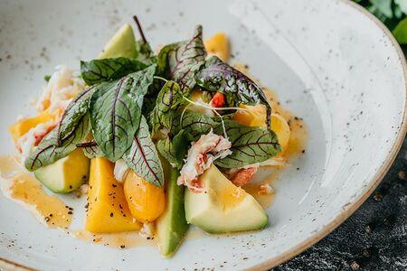 Салат с крабом / манго / авокадо