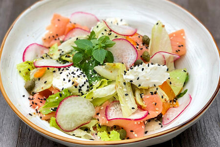 Салат со слабосоленым лососем и кунжутным соусом