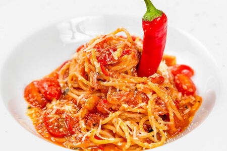 Спагетти в остром томатном соусе