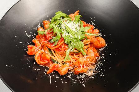 Паста с креветками, рукколой и томатным соусом