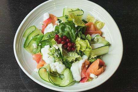 Салат с лососем и красной смородиной