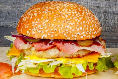 Бургер с беконом и куриной котлетой