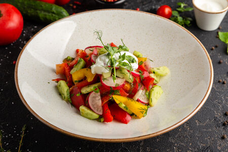 Свежие овощи с гималайской солью и сметаной