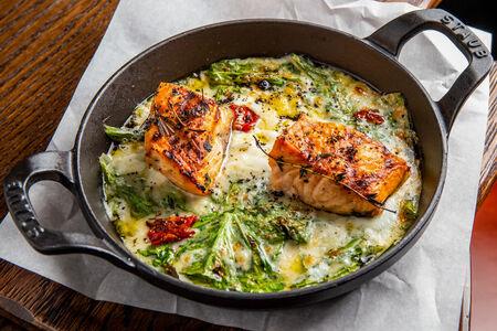 Филе лосося со шпинатом и сливочным соусом