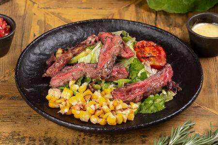 Салат с говядиной и овощами гриль