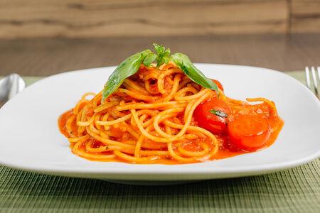 Спагетти в томатном соусе с базиликом