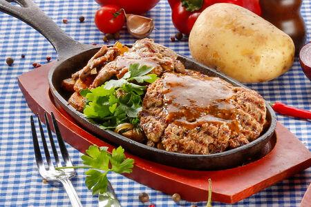 Сковородка с котлетой и говяжьей вырезкой