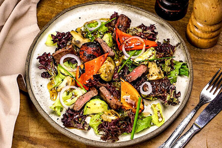 Теплый стейк-салат с говядиной и медово-горчичным соусом