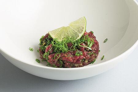 Тартар из говядины с трюфельным соусом