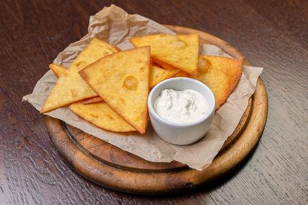 Кукурузные чипсы с сырным соусом