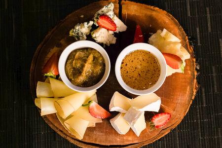 Сырная тарелка с трюфельным медом и горчичным джемом