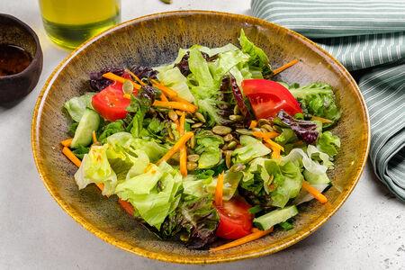 Салат Зеленый с соевой заправкой и тыквенными семечками