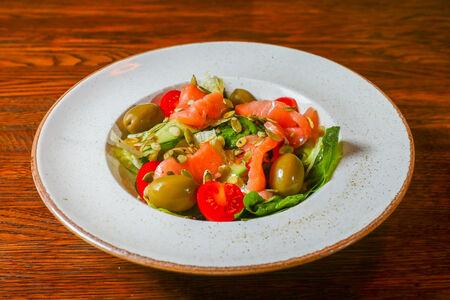 Салат фирменный с лососем
