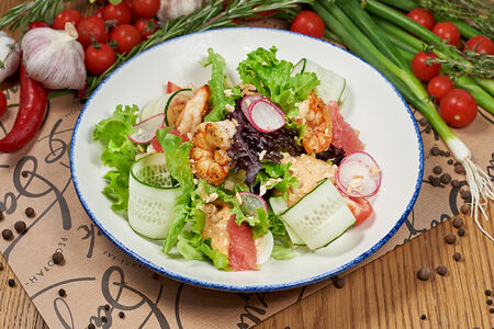 Салат Романо с креветками и соусом авокадо