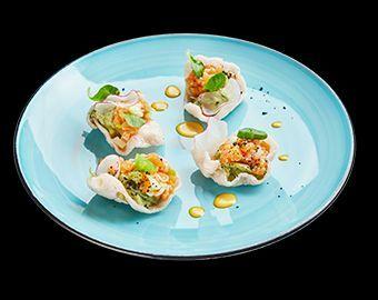 Тар тар из лосося с кремом из авокадо и рисовыми чипсами