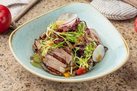 Теплый салат с ростбифом и печеными овощами